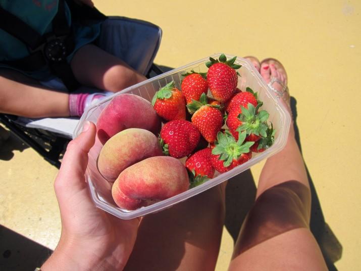 Dagens picknick. Älskar de platta persikorna, de påminner mig om Malta :)