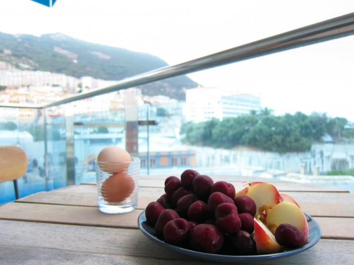 Frukost nr. 2 ute på balkongen.