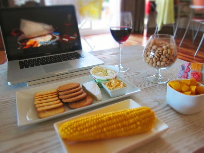 Johanna-kväll med ost, vin, kec och kokt majs med kryddsmör