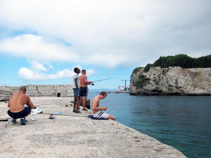 Vi knallade bort till grabbarna som stod och fiskade.